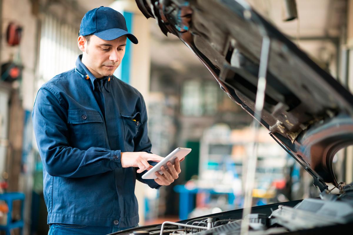Mecánico y perito valoran los daños a reparar
