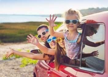 niños en el coche durante el viaje