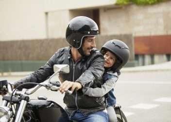 Niños en moto, a qué edad y cómo llevarlos