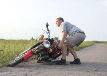 Levantar una moto del suelo cuando estás solo