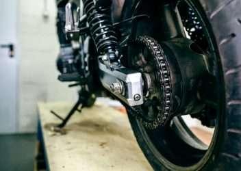 Limpiar y engrasar la cadena de la moto