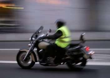 Chaleco reflectante al circular en moto